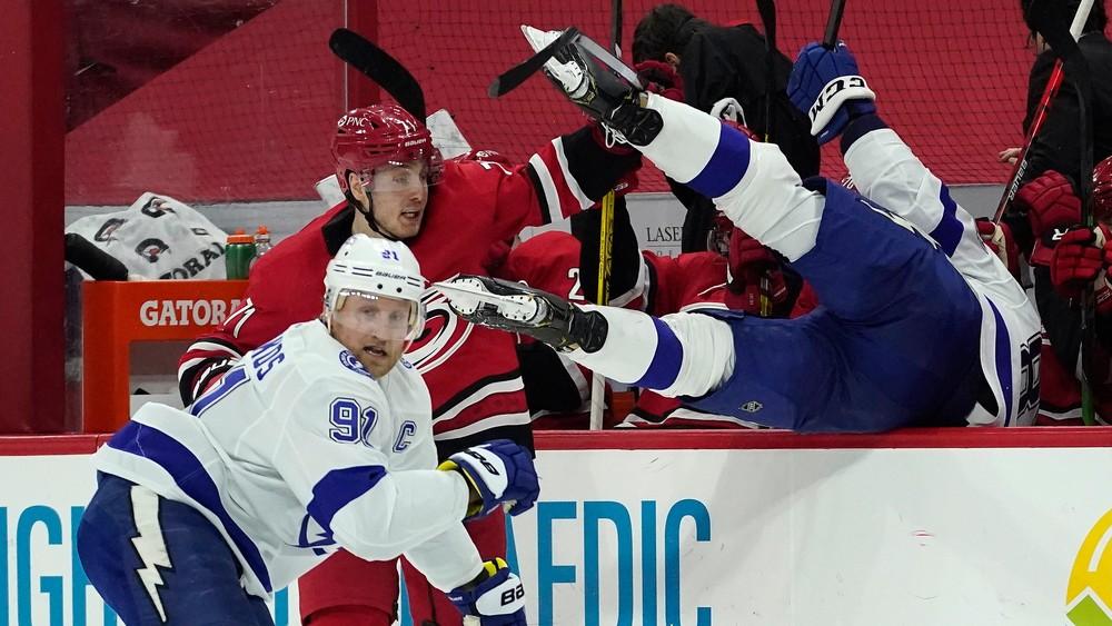 Černák skončil na striedačke súpera, doberá si ho za to aj oficiálny účet NHL