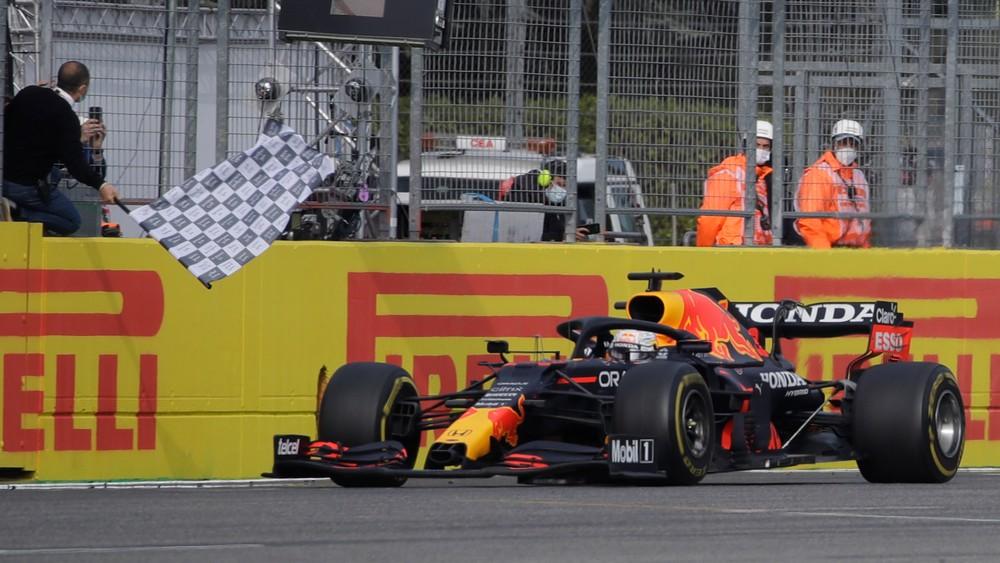 Dážď, nárazy do bariéry či chyba Hamiltona. Drámu v Imole vyhral Verstappen