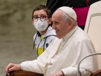 Vždy so mnou môžeš počítať, odkazuje pápež Messimu. Ten mu daroval dres