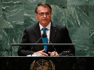 Nezaočkovaný brazílsky prezident sa hnevá, nepustili ho na futbalový zápas