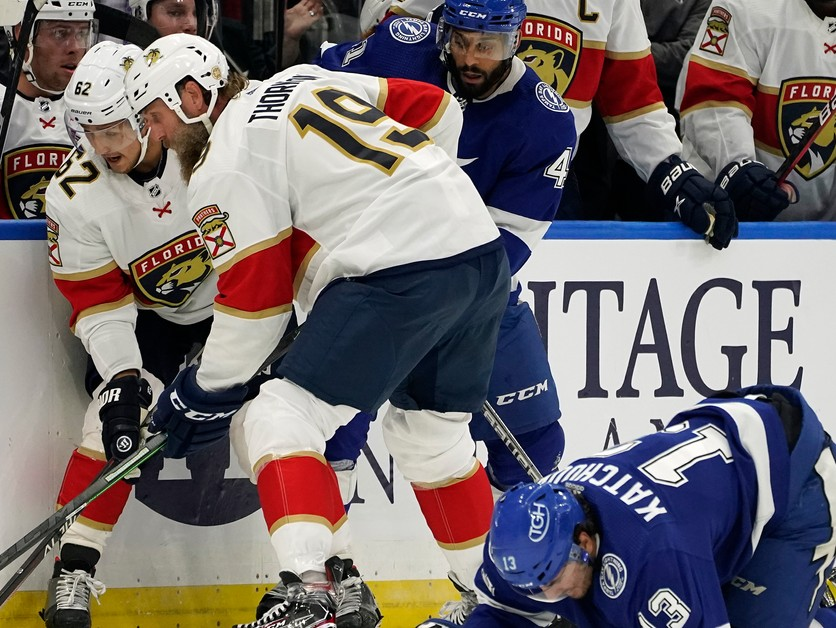 Veterán NHL dostal pokutu. Spoluhráča Černáka zasiahol do intímnych partií