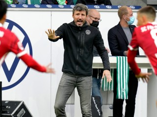 Van Bommel končí ako tréner Wolfsburgu, klub ťahá sériu prehier