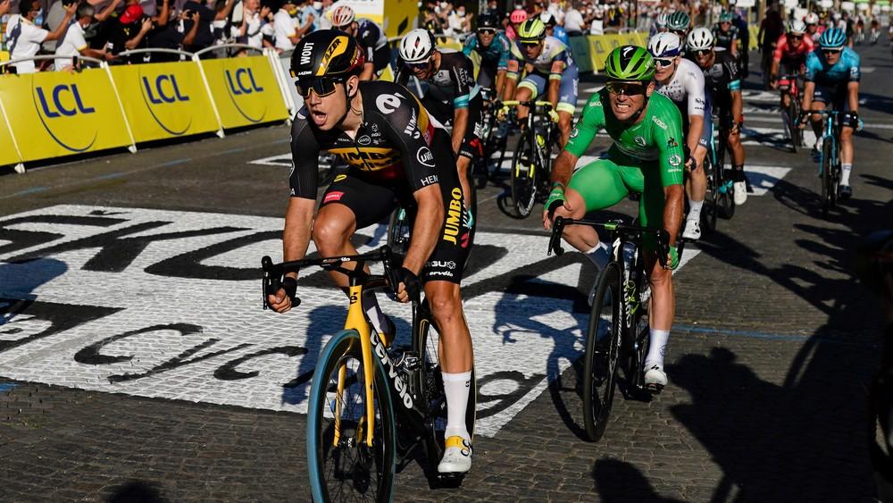 Cavendish nezvládol šprint v Paríži, Van Aert má bizarný hetrik