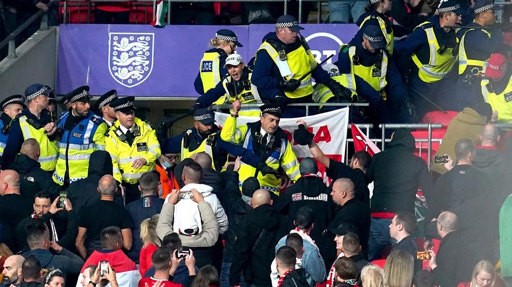 Výtržnosti vo Wembley. Fanúšikovia Maďarska čelili zásahu polície