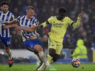 Anglicku možno nepomôže. Hráč Arsenalu dostal úder do nohy, pri odchode kríval