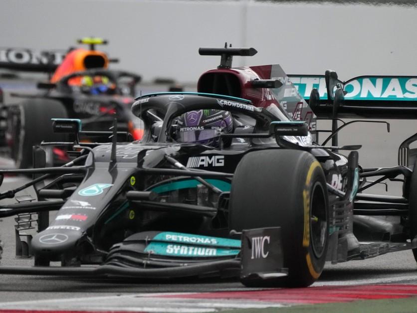 Hamiltonovi pomohol dážď, ako prvý dosiahol 100. víťazstvo v F1