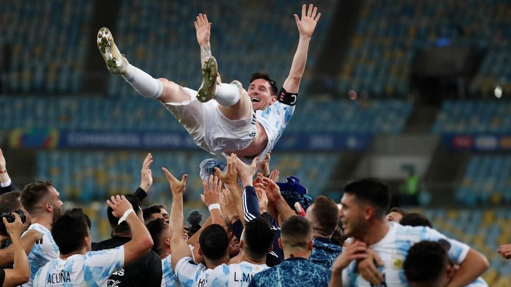 Messi ďakoval Maradonovi, z futbalových šampiónov sa teší aj pápež