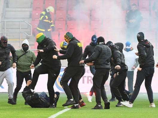 Šialenstvo v Trnave. Chuligáni vtrhli na ihrisko a mlátili sa, hráči stihli utiecť