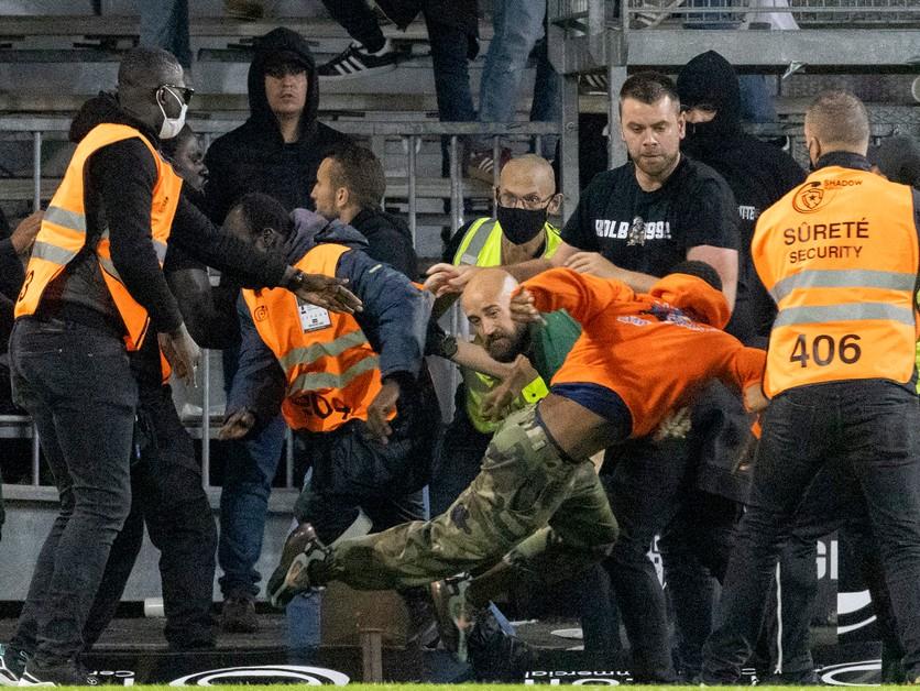 Na ihrisko vtrhli fanúšikovia, vo Francúzsku ide už o tretí prípad
