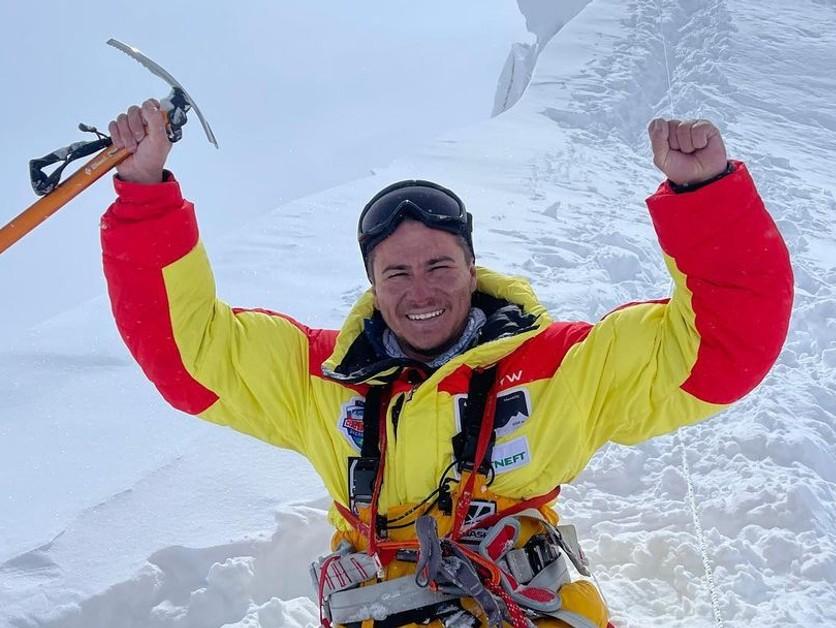 Obdivuhodný výkon. Ruský horolezec vyliezol na osemtisícovku, hoci nemá nohy