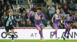 Newcastle naďalej čaká na prvú výhru, zápas museli prerušiť