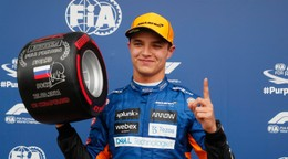 Hamilton v kvalifikácii dvakrát narazil, Norrisovi sa risk vyplatil