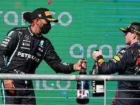 Sú súboje Hamiltona s Verstappenom nešportové? Expert: Aj Lauda bojoval s Huntom