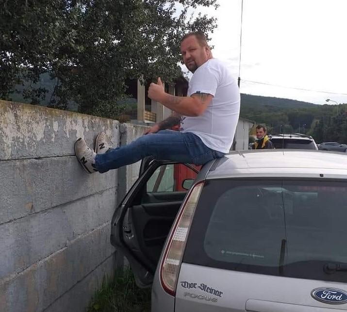 Na rebríku či kapote auta. Kreatívni fanúšikovia futbalu sa vynašli (+FOTO)