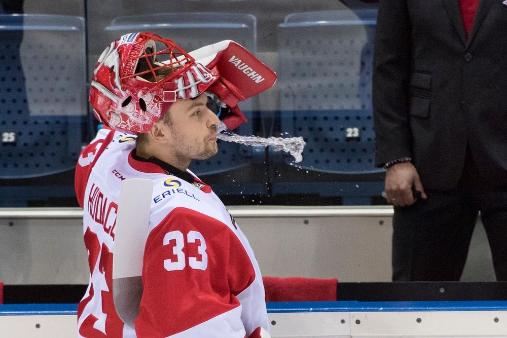 Mal skvelú úspešnosť. Júliusa Hudáčka vyhlásili za brankára týždňa v KHL