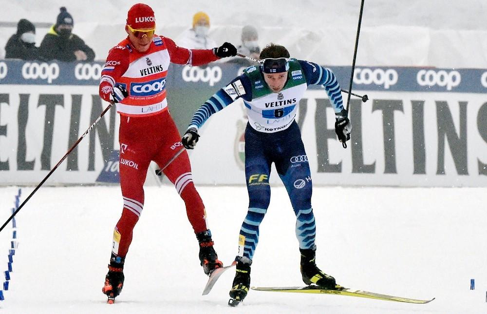 Divoké scény z lyžovania: Rus sa zahnal po Fínovi palicou a zrazil ho k zemi