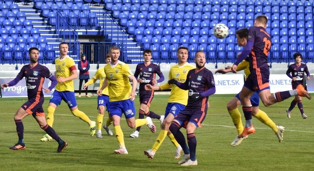 Zasahovali nosidlá, rozhodli penalty. Vo východniarskom derby uspeli Košice