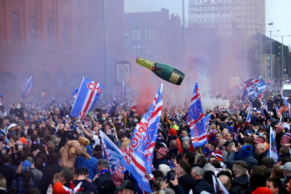 Ohňostroj a ošiaľ v uliciach napriek zákazu. Rangers vyhrali titul po desiatich rokoch