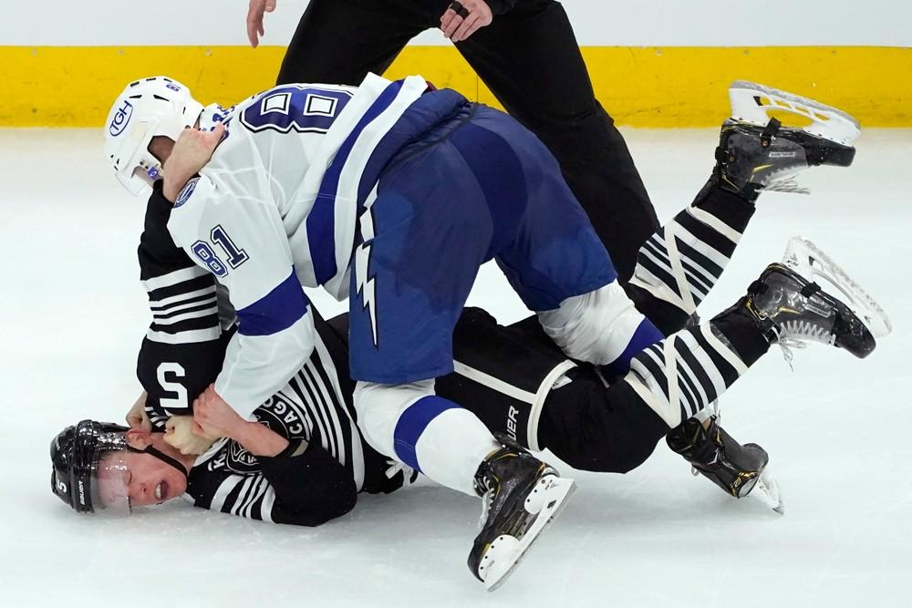 V NHL sa bili až dvaja Slováci. Chára nedostal ani úder, Černák zložil súpera