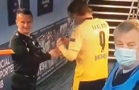 Bizarný moment v Lige majstrov. Rozhodca žiadal Haalanda o podpis na žltú kartu