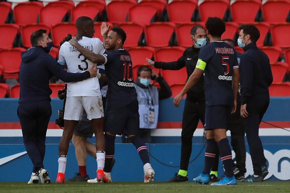 Paríž nezvládol duel o prvé miesto, Neymar v závere strčil do súpera