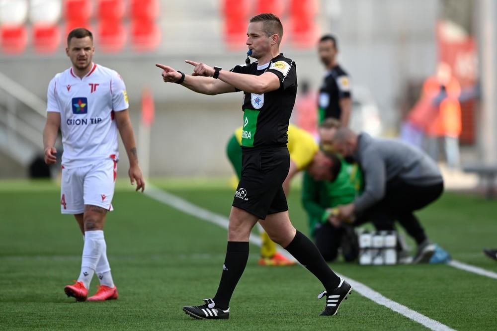 Prvá penalta po VAR v slovenskej lige. Pred ňou dostal žltú kartu tréner