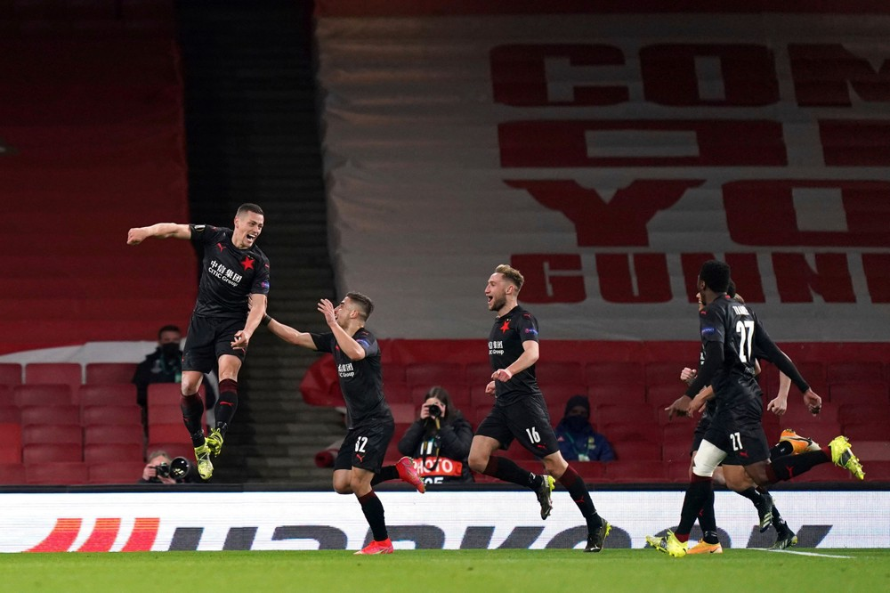 Slavia odmietla pokľaknúť, jej hráči stáli, poukázali Briti