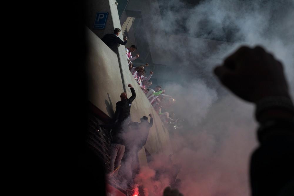 Na futbal sa nedostanú, vyčíňajú v uliciach. Za výbuchy v baroch zrejme môžu fanúšikovia