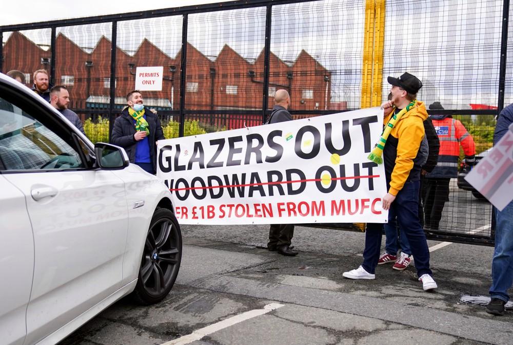 Slávne derby odložili pre vyčíňanie fanúšikov, Dúbravka nestačil na Arsenal