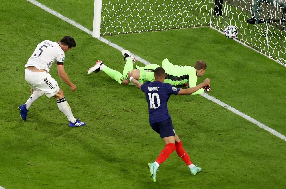 V súboji gigantov uspeli Francúzi, o ich výhre rozhodol vlastný gól