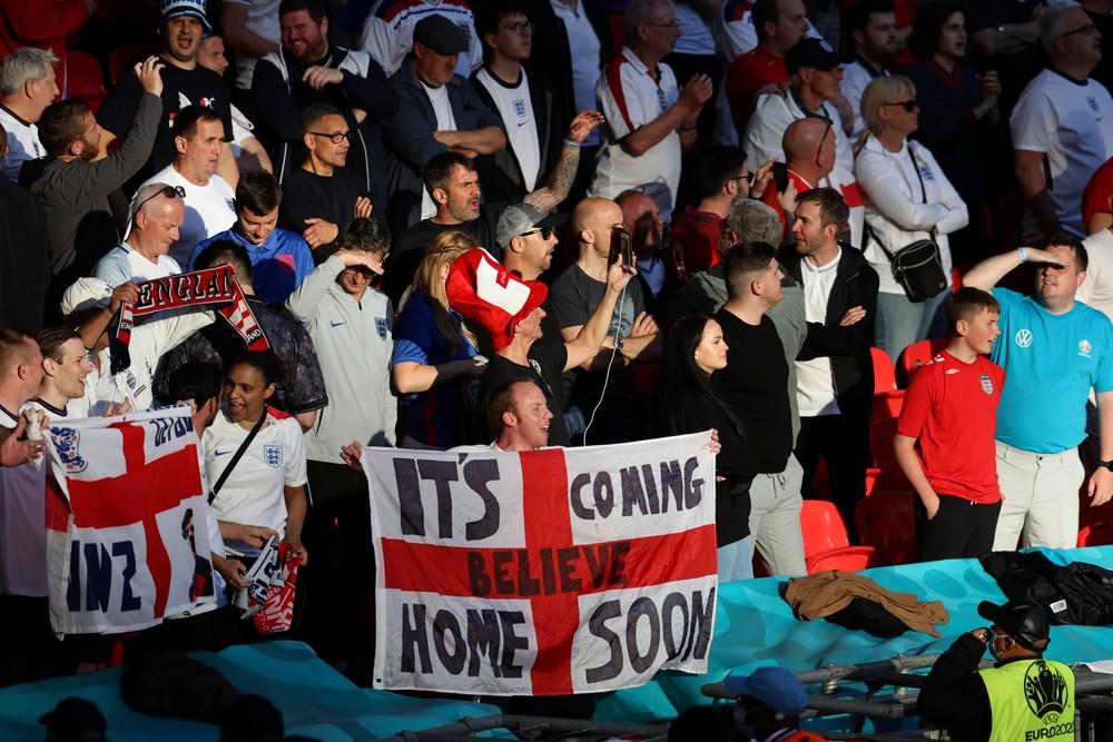 Kopance do hlavy. Finále EURO poznačila hromadná bitka fanúšikov