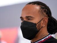Hamilton meškal na tlačovú konferenciu, mal kuriózny dôvod