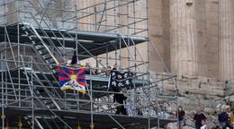 Vyšli na slávnu pamiatku a protestovali proti olympiáde. Študentky odnášala polícia