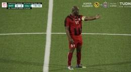 Kapitánska páska, kilá navyše. V lige CONCACAF nastúpil 60-ročný majiteľ