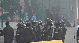 Derby v Trnave po bitke fanúšikov ukončili. Slovan za priaznivcami stojí