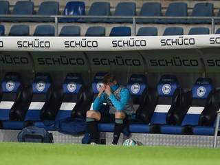 Fanúšikovia Schalke nezvládli rozlúčku s Bundesligou. Po hráčoch hádzali vajcia