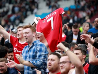Po tragédii mohli fanúšikovia v Anglicku iba sedieť. Teraz budú môcť na futbale aj stáť