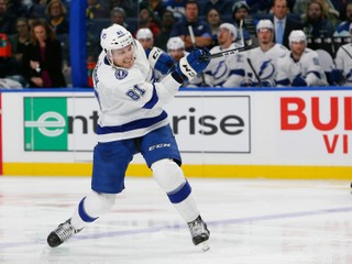 Černák debutoval v NHL, tréner Tampy nešetril chválou