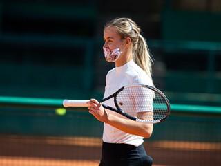 Tenisti hrajú v rúškach. Tréner je ako bandita, jeho zverenka princezná