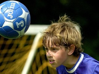 UEFA bude skúmať, či hlavičkovanie škodí mladým futbalistom