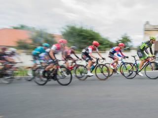 Koľko vážnych pádov sa ešte musí stať? Cyklisti kritizujú UCI, vravia o jamách a štrku na ceste