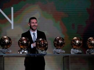 Messi neustále naprával mikrofón. O všetkom vedel