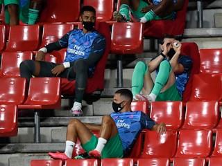 Bale dráždi fanúšikov. Najprv si zdriemol, teraz mal imaginárny ďalekohľad