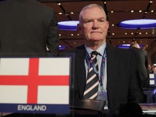 Prvý muž anglického futbalu skončil, dôvodom bol rasizmus