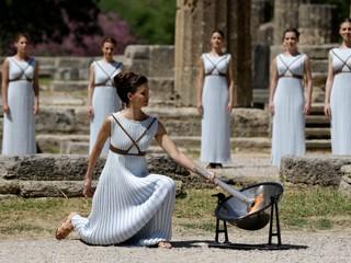 Olympijský oheň zapaľovali aj zapaľovačom