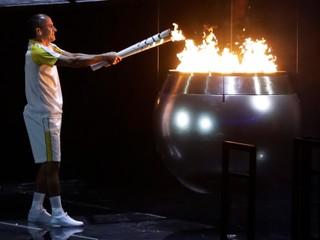 Hry v Riu sa začali. Oheň zapálil maratónec, ktorého o zlato obral divák