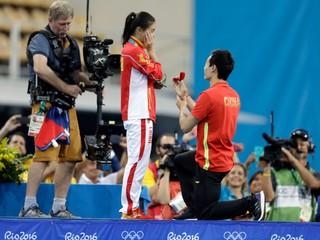 Po zisku striebra zásnuby. Číňanku požiadal jej priateľ o ruku pri schádzaní z pódia