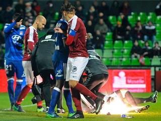 Zápas vo Francúzsku nedohrali, brankára zasiahol delobuch