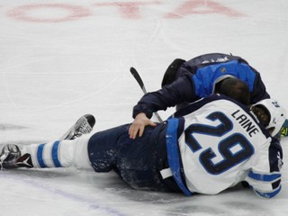 Tretí najlepší strelec NHL má otras mozgu, čaká ho pauza