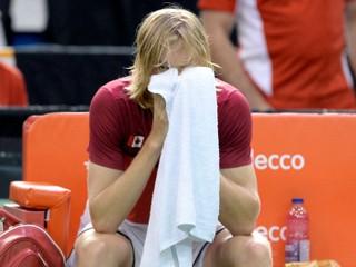 Mladý tenista mal pomôcť tímu k postupu, rozhodca ho musel diskvalifikovať